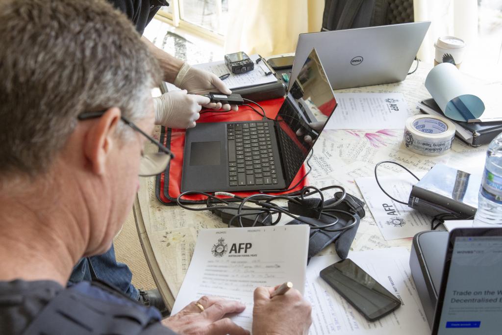 図12 AFPによるオペレーションケフェウスでの捜索令状執行(出典: AFP)