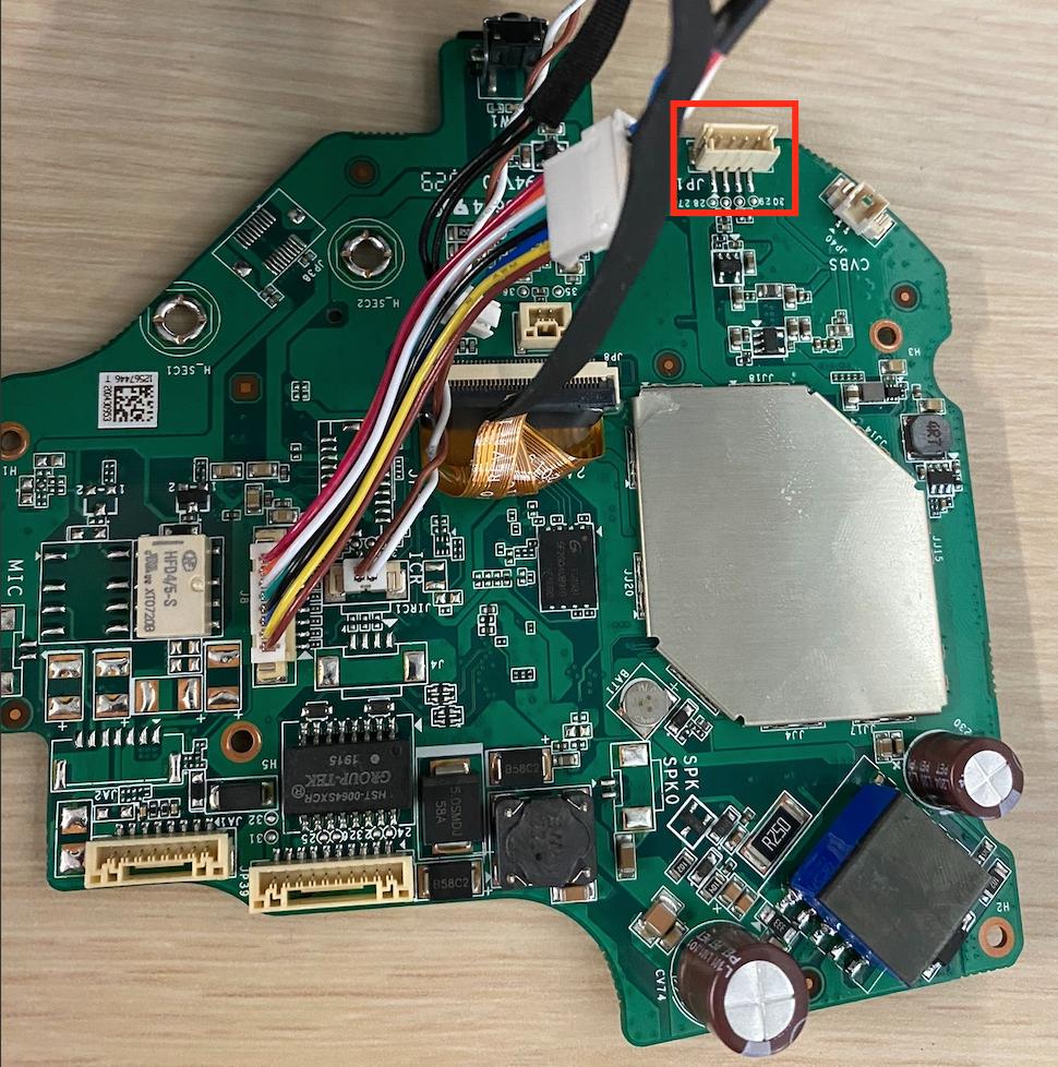 4ピンのMolexコネクタが存在するプリント基板(PCB)の画像
