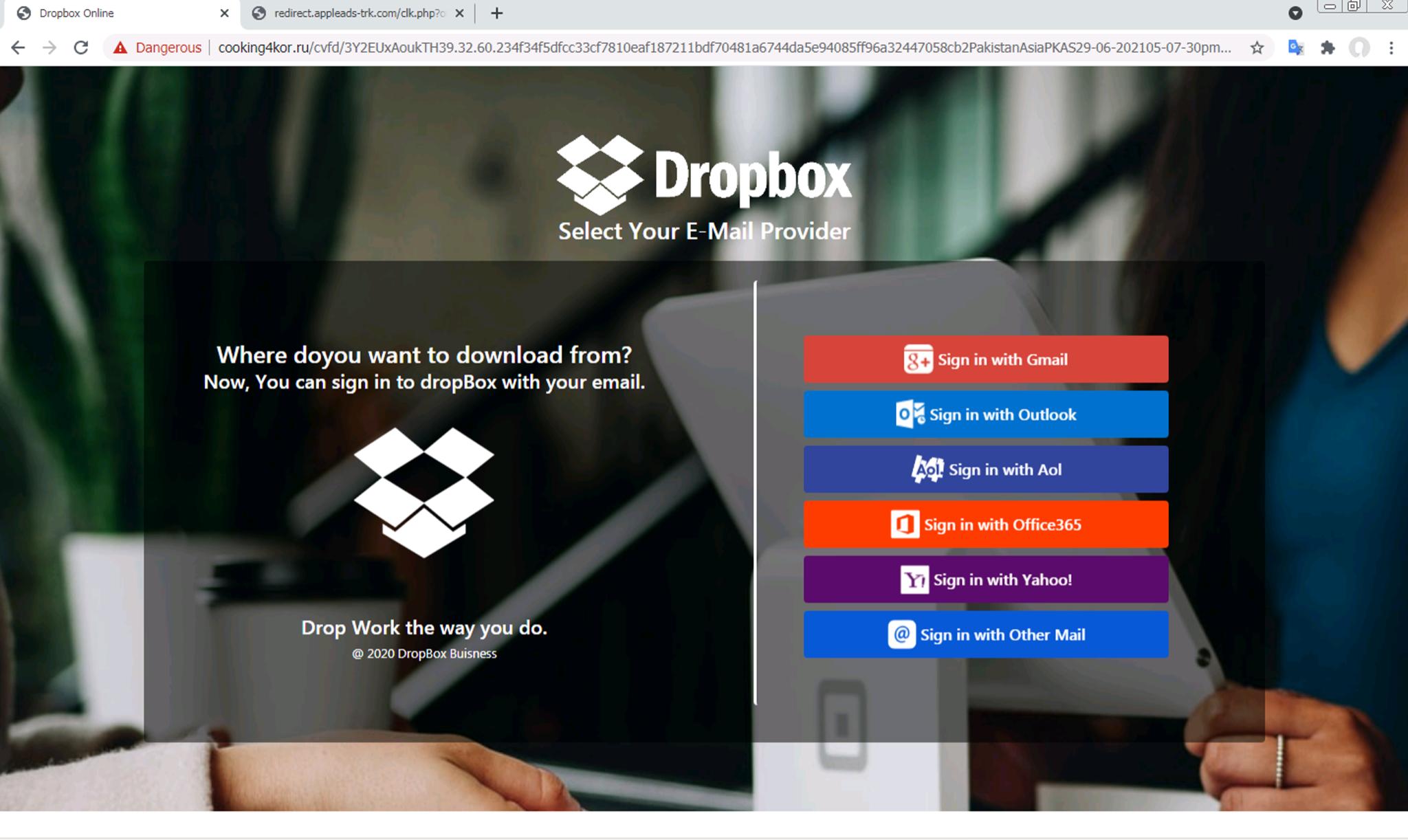 Dropboxのログインページを装ったフィッシングWebページ。ユーザーがページを操作するまで認証情報窃取フォームは表示されない。